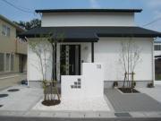 白と黒のシンプルモダンなテクノストラクチャーの家