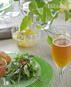 花とテーブル、ワインの幸せマリアージュ
