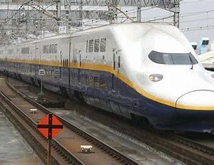 新塗装と旧塗装のE4系新幹線