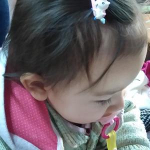 うちの娘、髪の毛が伸びてきたね。でも、ちょっと薄いかな??? 髪の毛が目にかかるのではヘアピンを付けてみた!