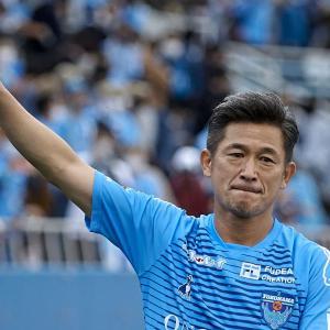 【海外の反応】今年54歳の三浦カズが横浜FCとの契約を延長!「理解できない偉業だ」