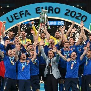 【海外の反応】イタリアがイングランドを破り53年ぶりのEURO優勝!「なぜ10代の選手が最後のキッカーに…」