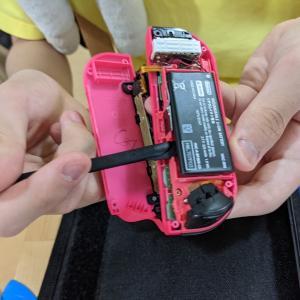 中2息子くんNintendo Switchのコントローラーを修理する