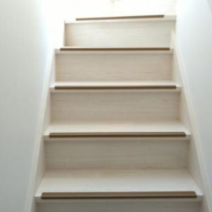 階段に滑り止め「スベラーズ」を貼るだけDIY
