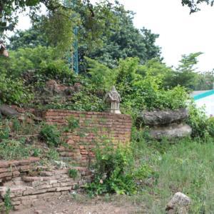 ワットキアン(วัดเขียน・Wat Khian)/ サッカー練習場の横で、子供達の声を聴きながら悠久の時を刻む仏教寺院遺跡