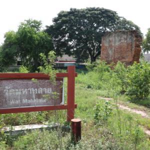 ワットマハータライ(วัดมหาทลาย・Wat Maha Thalai )/ アユタヤスタジアムの奥、建物の陰にあり、礼拝堂跡だけが残る小さな仏教寺院遺跡