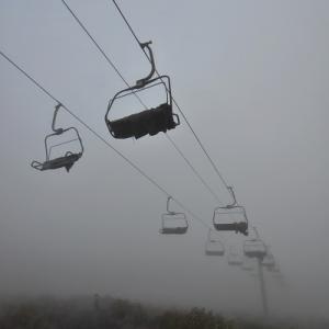 霧中の黒菱から雲上の八方山へ