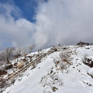 新雪の表尾根はガスの中