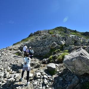 雄山山頂への急登を行く