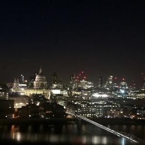 ロンドン、テートモダン美術館は夜が良い