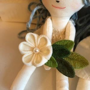 立体刺繍に小花を添えて