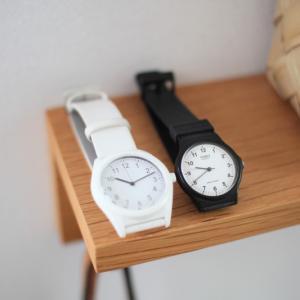 腕時計は白か黒