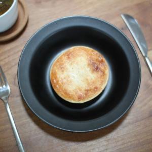コストコの食べ物色々。ライスコロッケとプチフランスパンとビーフパイ。