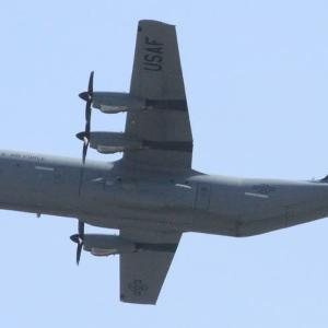 軍用機3台低空飛行