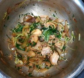 ホットクック:水菜と鶏もも肉のみそ炒めのレシピに挑戦!水が出て薄味に。