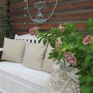 ***(^O^)/今日もコツコツ裏庭作り&おもいのほか素敵なベンチコーナー&バラの消毒