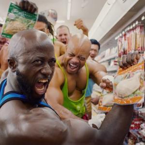 コンビニでジム帰りのマッチョを見かけたワイ「サラダチキンか?サラダチキン買うのか?」