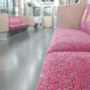 電車の座席幅はどれくらい?日常生活でふと思った疑問に答えます。