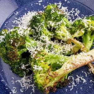 【レシピ】ブロッコリーのグリル・ペコリノロマーノがけ