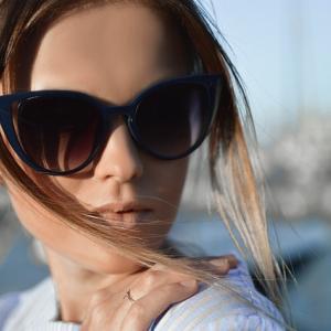 日差しが気になる女性におすすめ!ゴルフ用サングラスが目を守る!