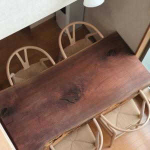 家で過ごす時間~Yチェアとウォールナット一枚板のダイニングテーブル