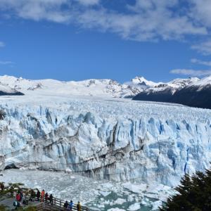 氷河の上を歩く