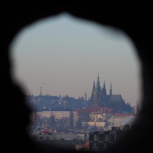 【チェコ③】のぞいた先に見える城。