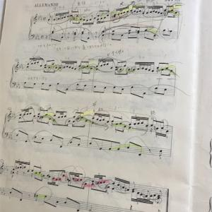 バッハは弾き方を変えて、音は弦楽器をイメージ。