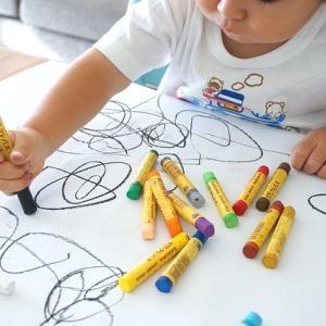 3歳の娘が描く絵が上達してきて、どう反応すべきか迷ってる話。