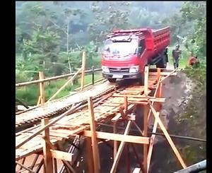 仮設の木材の橋をどうしても渡らなけらばならなかったトラックの末路・・・