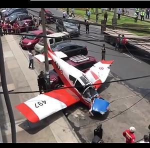 【速報】南米ペルーの首都リマで小型飛行機が街で墜落!!