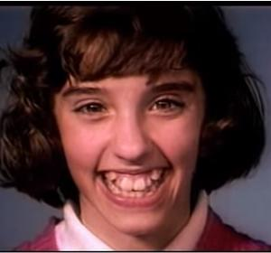 ガタガタの歯が、時間をかけてキレイになる過程の歯科矯正の動画!