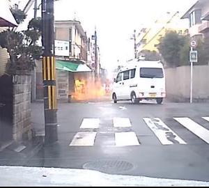 運転中、横切る際に急にお店が爆発!!ドライブレコーダー動画!