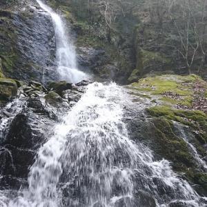 流れる水が絹糸のよう、東温市上林の「白糸の滝」