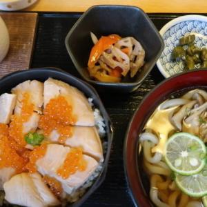青葉区一番町・あづまで「はらこ飯と豚しゃぶきのこうどんセット」//宮城の秋はこのご飯から。