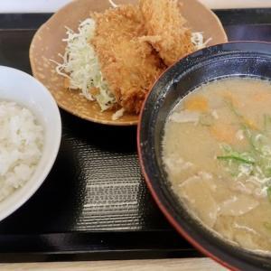 泉区市名坂・かつや泉インター店で「とん汁定食」//マシンで揚げる自動システムに驚く。これはヒレカツ2枚付き。