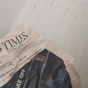 【気をつけて⚠】冷蔵庫に新聞紙を敷いてはいけない理由(T_T)