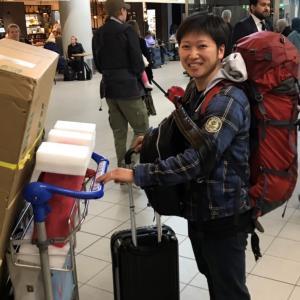 国際線の飛行機で限界まで手荷物を持って来て周りからドン引きされた話