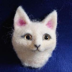 猫顔のブローチ製作中