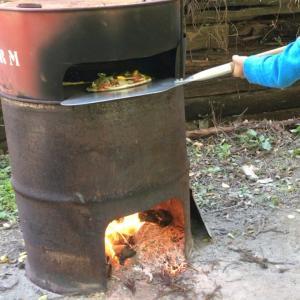 ドラム缶でピザ作り。子どものアウトドア遊び心を刺激