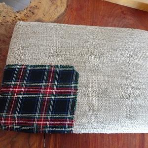 椅子の布を食いちぎるガブリ山