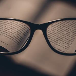 坊主にはメガネが似合う
