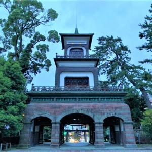 ステンドグラスの門?金沢旅行で外せない尾山神社の門を見上げて