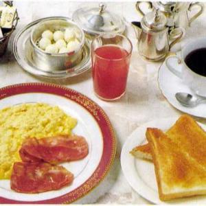 モーニングセット(スクランブルエッグ+ベーコン+トマトジュース)