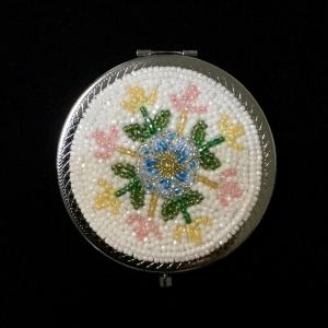 ビーズ刺繍でコンパクトミラー