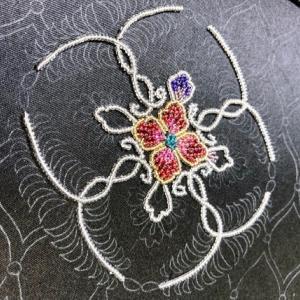 和のビーズ刺繍とコロナと