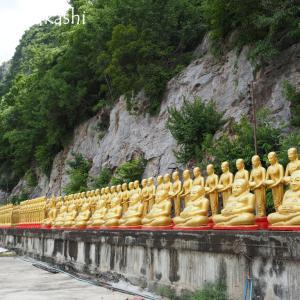 山岳をバックに並ぶは黄金像 ワット・キリウォン @ ペチャブリ