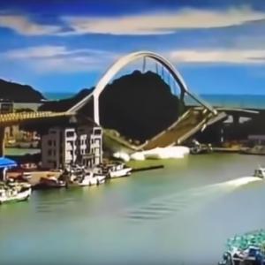 台湾に架かるアーチ状の橋がいきなり崩壊する動画が怖すぎる