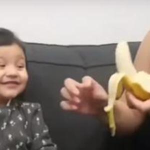 クリスマスプレゼントのバナナに大喜び!2歳の女の子のリアクションが最高に可愛い!