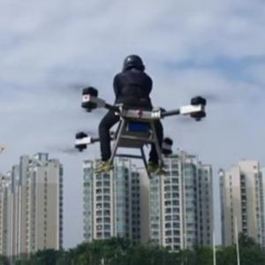 空飛ぶバイクで中国の空を飛び回る発明家が登場!